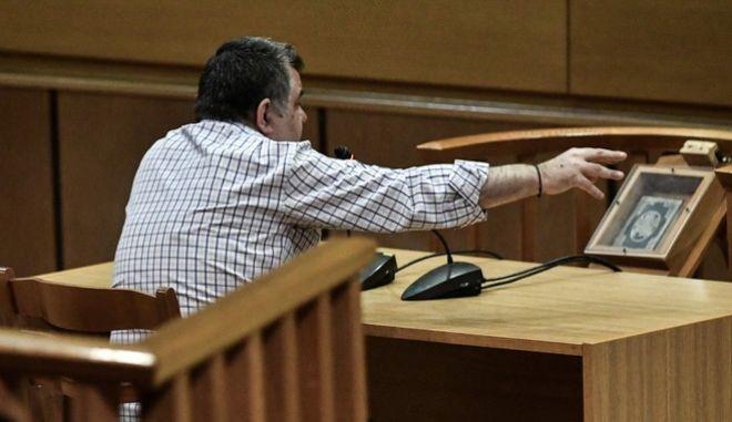 Στιγμιότυπο από την απολογία του Γιώργου Ρουπακιά για τη δολοφονία του Παύλου Φύσσα