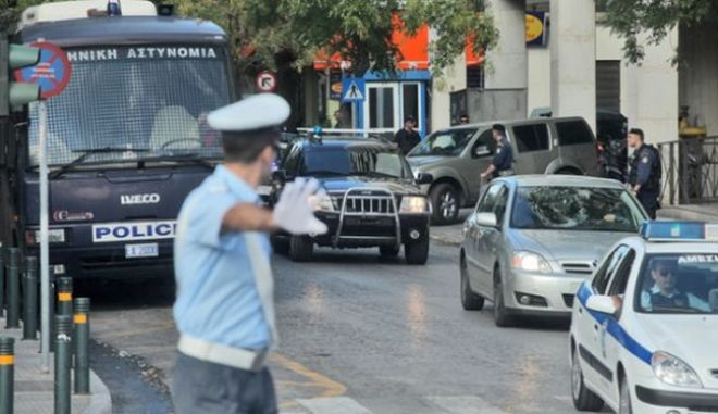Υπό δρακόντεια μέτρα ασφαλείας μεταφέρθηκε στη Λάρισα ο Σάββας Ξηρός για να νοσηλευτεί