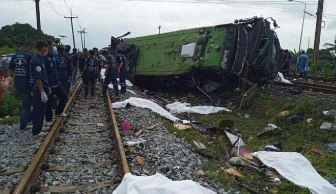 Τουλάχιστον 18 νεκροί και δεκάδες τραυματίες είναι ο απολογισμός της σύγκρουσης τρένου με πούλμαν στην Ταϊλάνδη.