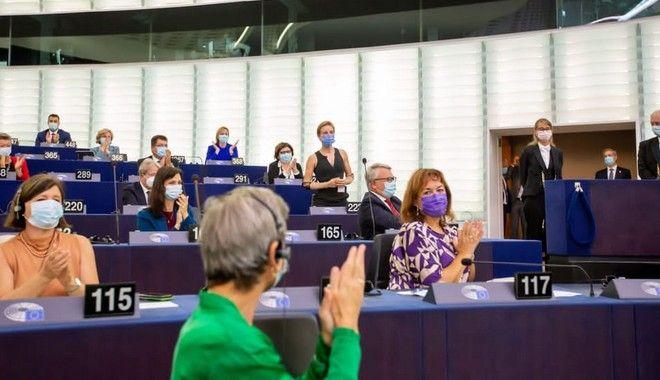 Ευρωκοινοβούλιο: Συγκλονιστική στιγμή στην Ολομέλεια - Όλη η αίθουσα όρθια για τη Χρυσή Παραολυμπιονίκη, Μπέμπε Βίο