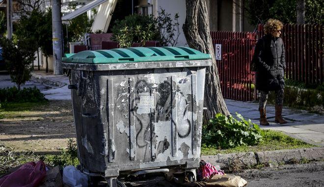 Ο κάδος σκουπιδιών όπου βρέθηκε νεκρό, τυλιγμένο σε σεντόνια, νεογέννητο βρέφος στην Πετρούπολη