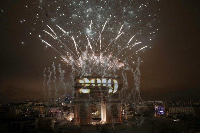 Πυροτεχνήματα κατά την αλλαγή του χρόνου πάνω από την Αψίδα του Θριάμβου