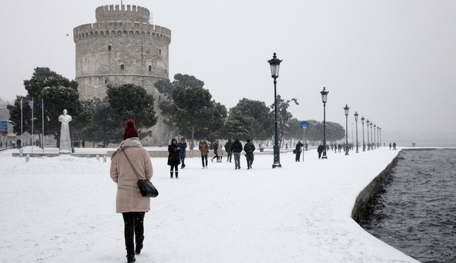 Snowfall in central Thessaloniki, Greece on January 11, 2017. /     , , 11  2017.