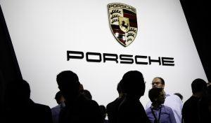 Το έμβλημα της Γερμανικής Porsche σε περίπτερο διεθνούς έκθεσης