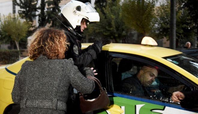 Επεισόδια στην Ευελπίδων κατά την αποχώρηση του 58χρονου φερόμενου ως δράστη για την δολοφονία της Δώρας Ζέμπερη. Παρασκευή 10 Νοέμβρη 2017. (EUROKINISSI / Τατιάνα Μπόλαρη)