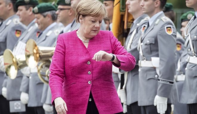 Η Γερμανίδα Καγκελάριος λίγο πριν την συνάντηση με τον Ισπανό πρωθυπουργό Πέδρο Σάντεθ, μοιάζει νευρική και... βιαστική