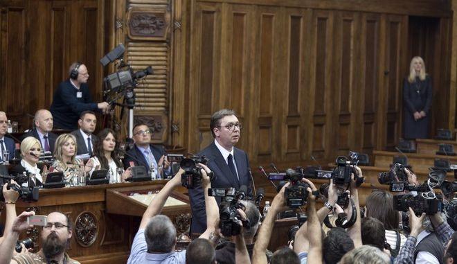Ο πρόεδρος της Σερβίας Αλεξάνταρ Βούτσιτς σε ομιλία του στη βουλή στο Βελιγράδι