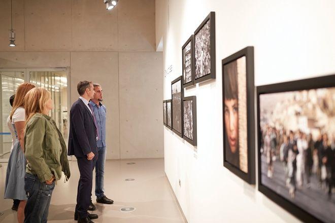 Ο Μητσοτάκης σε έκθεση φωτογραφίας του αείμνηστου Γιάννη Μπεχράκη