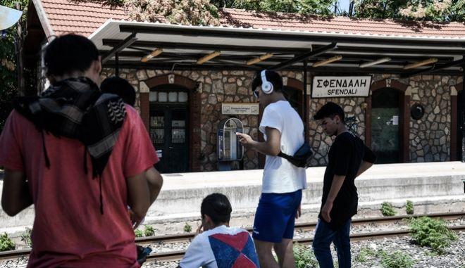 Πρόσφυγες και μετανάστες στον σιδηροδρομικό σταθμό της Μαλακάσας την παρασκευή 30 Αυγούστου 2019.