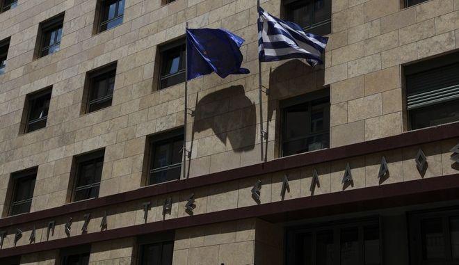 Ελληνική σημαία και σημαία της Ευρωπαιϊκής Ένωσης κυματίζουν στο κτήριο της Τράπεζας της Ελλάδας