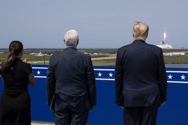 Οι Ντόναλντ Τραμπ και Μάικ Πενς στο Ακρωτήρι Κανάβεραλ παρακολουθούν την εκτόξευση