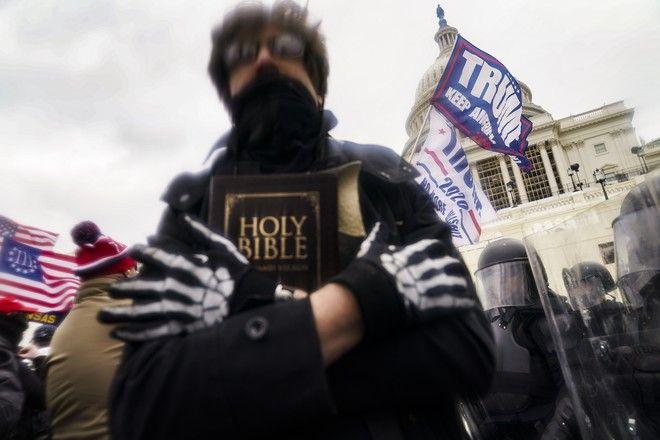 Υποστηρικτής του Τραμπ κρατάει τη Βίβλο