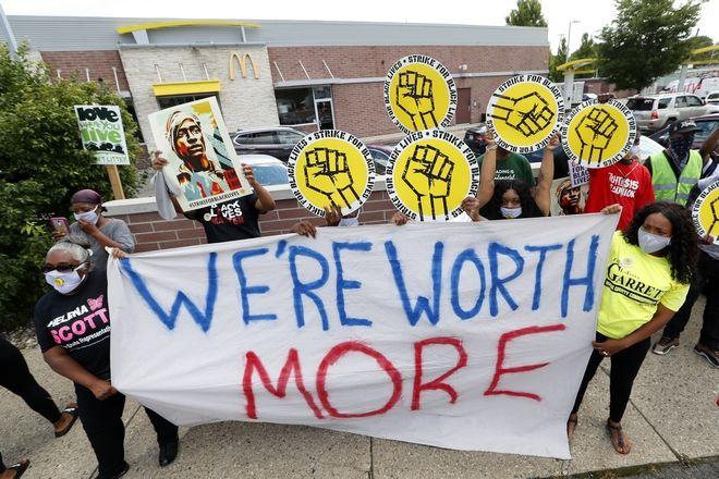 Εργαζόμενοι πραγματοποιούν διαμαρτυρία για την ανισότητα στους μισθούς