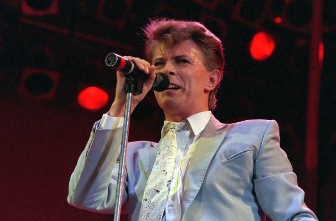 Ο Ντέιβιντ Μπάουι τραγουδά στη σκηνή του Γουέμπλει (13 Ιουλίου 1985)