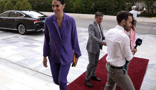 Η Νόνη Δούνια στην ορκωμοσία της νέας Βουλής
