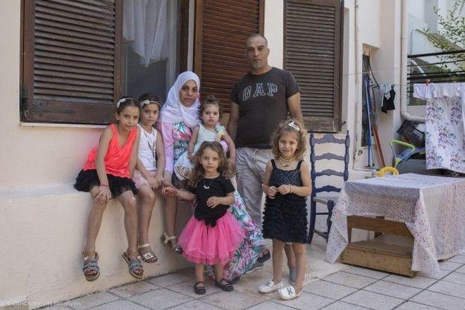 Η οικογένεια Bakri στην αυλή του σπιτιού τους, στο Ηράκλειο Κρήτης,