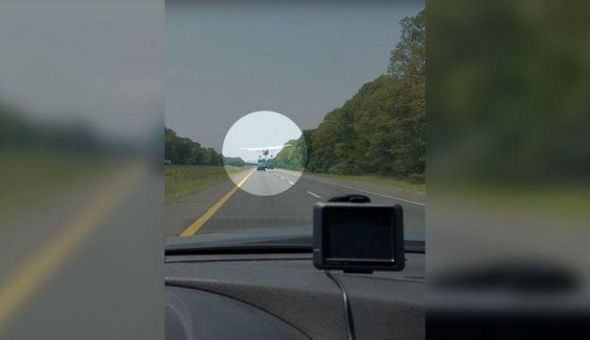 Βίντεο: 'Βιρτουόζος' πιλότος προσγειώνεται σε δρόμο ανάμεσα σε οχήματα