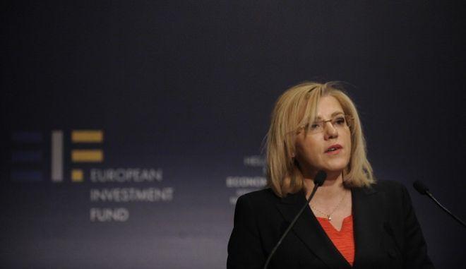 Ο πρωθυπουργός, Αλέξης Τσίπρας απευθύνει χαιρετισμό στην εκδήλωση του Ευρωπαϊκού Ταμείου Επενδύσεων και της Ευρωπαϊκής Τράπεζας Επενδύσεων, για την υπογραφή της σύμβασης για την ενεργοποίηση του Υπερταμείου Συνεπενδύσεων (Equity Fund of Funds), Πέμπτη 22 Δεκεμβρίου 2016. Στη φωτογραφία η επίτροπος Περιφερειακής Πολιτικής της ΕΕ Κορίνα Κρέτσου. (EUROKINISSI/ΤΑΤΙΑΝΑ ΜΠΟΛΑΡΗ)