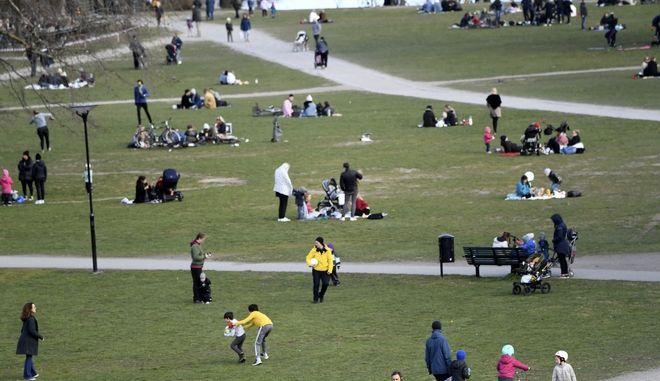 Άνθρωποι στο Πάρκο Raslambshovsparken στη Στοκχόλμη της Σουηδίας, 18 Απριλίου 2020. Η Σουηδία τότε ανέφερε μια απότομη αύξηση των θανάτων. Ωστόσο, σχολεία, μπαρ και εστιατόρια παρέμειναν ανοιχτά και απαγορεύτηκαν μόνο συγκεντρώσεις άνω των 50 ατόμων.