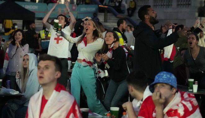 Οπαδοί της Αγγλίας πανηγυρίζουν για την πρόκριση στον τελικό του Euro 2020