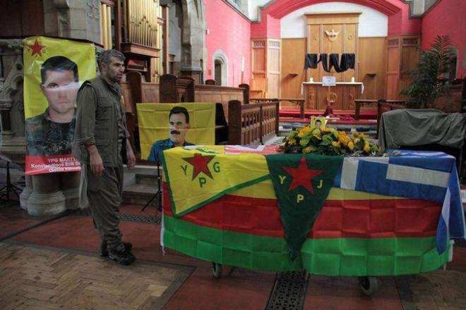 Από την κηδεία του Κώστα. Πάνω στο φέρετρο και η ελληνική σημαία