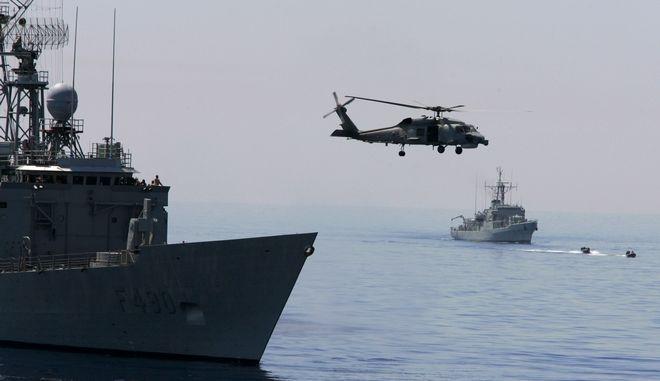 Πλοία του τουρκικού πολεμικού Ναυτικού και ελικόπτερο Blackhawk