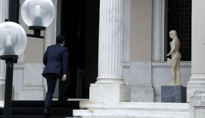 Συνάντηση του πρωθυπουργού Αλέξη Τσίπρα με τον διοικητή της Τράπεζας της Ελλάδος Γιάννη Στουρνάρα για τη συνεδρίαση της ΕΚΤ στην Κύπρο, την Παρασκευή 6 Μαρτίου 2015, στο Μέγαρο Μαξίμου. (EUROKINISSI/ΣΤΕΛΙΟΣ ΜΙΣΙΝΑΣ)