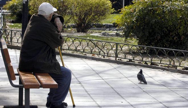 Ηλικιωμένος σε παγκάκι της κεντρικής πλατείας των Τρικάλων (EUROKINISSI/ΘΑΝΑΣΗΣ ΚΑΛΛΙΑΡΑΣ)