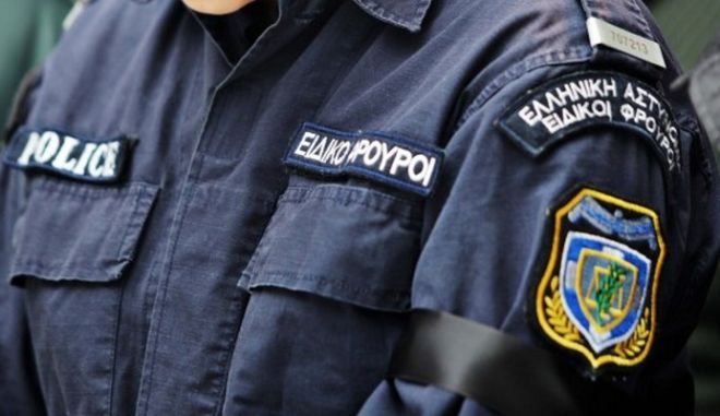 Σε διαθεσιμότητα ειδικός φρουρός για ναρκωτικά και παράνομη οπλοκατοχή