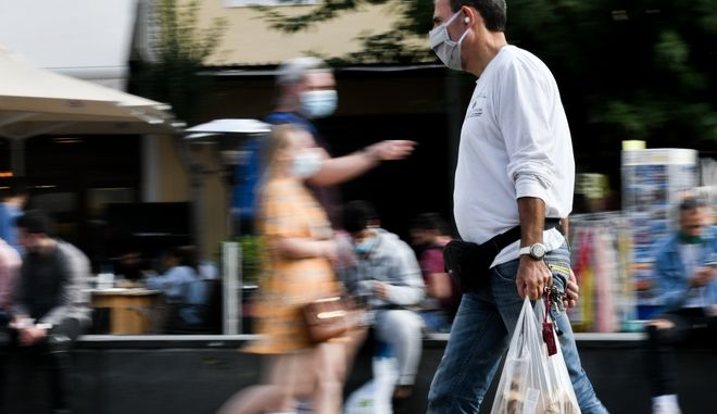 Στιγμιότυπα από τη χρήσης μάσκας σε εξωτερικούς χώρους στο κέντρο της Αθήνας (EUROKINISSI / ΚΑΡΛΗ ΙΣΜΗΝΗ)
