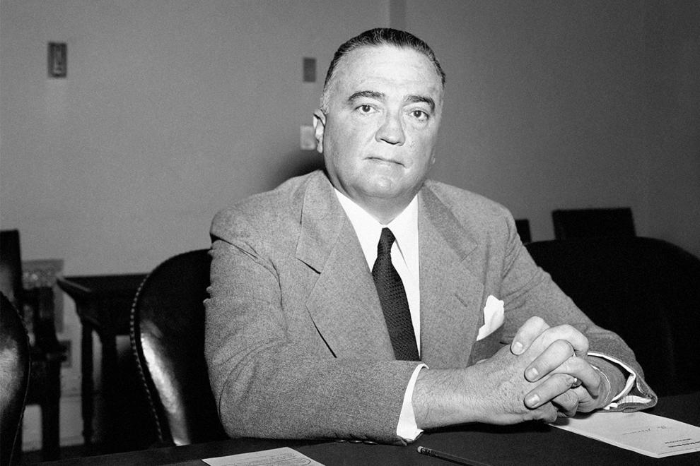 Ο διευθυντής του FBI, Τζέι Έντγκαρ Χούβερ, στο γραφείο του στην Ουάσινγκτον (7/2/1950).