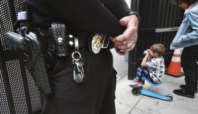Αστυνομικός σε σχολείο. Φωτογραφία αρχείου.