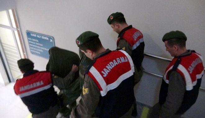 Φωτογραφία από τη σύλληψη και προσαγωγή των Ελλήνων στρατιωτικών ενώπιον της τουρκικής δικαιοσύνης