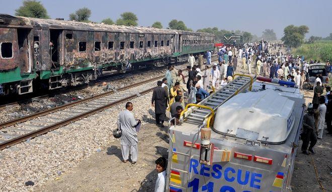 Φωτιά σε τρένο στο Πακιστάν