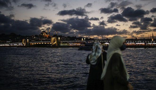 Κόσμος που φοράει μάσκα στην Τουρκία