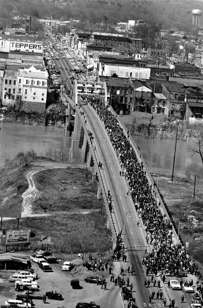 Στις 21 Μαρτίου 1965, οι διαδηλωτές της Σέλμα διασχίζουν την γέφυρα Έντμουντ Πέτους