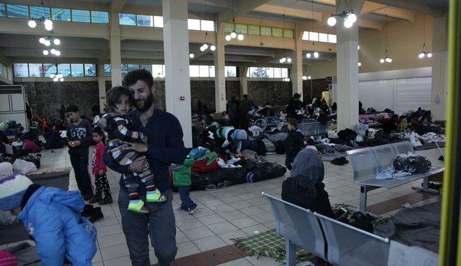 ΠΕΙΡΑΙΑΣ-Πρόσφυγες που διαμένουν στους επιβατικούς σταθμούς στο λιμάνι του Πειραιά.(EUROKINISSI-ΠΑΝΑΓΟΠΟΥΛΟΣ ΓΙΑΝΝΗΣ)