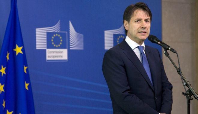 Ο Ιταλός πρωθυπουργός Τζιουζέπε Κόντε κάνει δηλώσεις στα ΜΜΕ φτάνοντας στην άτυπη μίνι σύνοδο για το προσφυγικό στις Βρυξέλλες