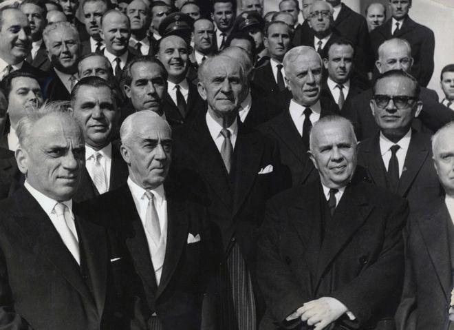 Η κυβέρνηση Γεωργίου Παπανδρέου μετά τις εκλογές 16/2/1964. O Κωνσταντίνος Μητσοτάκης διακρίνεται πάνω αριστερά