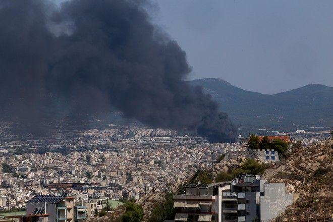 Γενική φωτογραφία της Αθήνας με καπνό από τη φωτιά σε εργοστάσιο πλαστικών στη Μεταμόρφωση