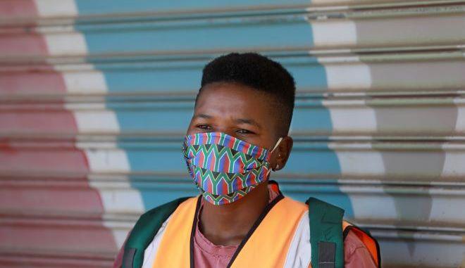Άνθρωπος με μάσκα στην Νότια Αφρική