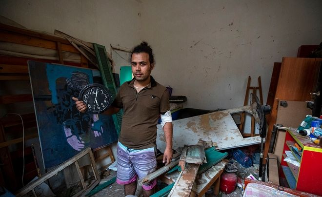Ο Hasan Al Armali δείχενει το ρολόι που σταμάτησε την ώρα της φονικής έκρηξης.