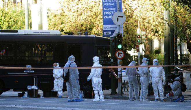 Επίθεση με χειροβομβίδα στις 04:45 τα ξημερώματα της Πέμπτης 10 Νοεμβρίου 2016, στη Γαλλική Πρεσβεία στη λεωφόρο Βασιλίσσης Σοφίας 7. Σύμφωνα με όσα έγιναν γνωστά από την αστυνομία, δύο άγνωστα άτομα που επέβαιναν σε μοτοσικλέτα πέταξαν τη χειροβομβίδα περνώντας μπροστά από την πρεσβεία. Η χειροβομβίδα εξερράγη στην είσοδο, με αποτέλεσμα από θραύσματα να τραυματιστεί ο αστυνομικός φρουρός. (EUROKINISSI/ΤΑΤΙΑΝΑ ΜΠΟΛΑΡΗ)