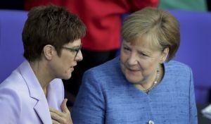 Η υπουργός Άμυνας της Γερμανίδας Ανεγκρέτ Κραμπ-Καρενμπάουερ και η καγκελάριος Άνγκελα Μέρκελ στη βουλή στο Βερολίνο