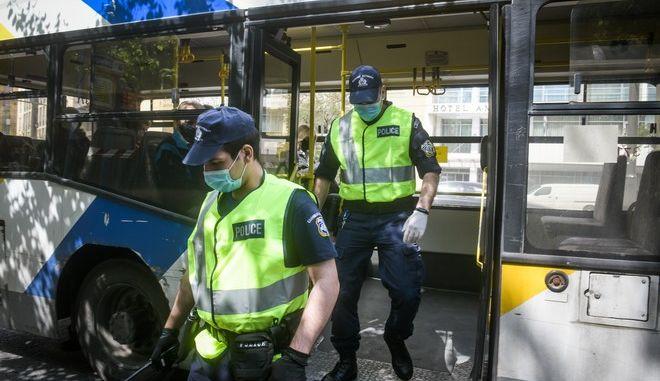 Εκτεταμένοι έλεγχοι στα μέσα μαζικής μεταφοράς από την αστυνομία για τα προβλεπόμενα μέτρα ασφαλείας και την χρήση προστατευτικής μάσκας (EUROKINISSI/ΤΑΤΙΑΝΑ ΜΠΟΛΑΡΗ)
