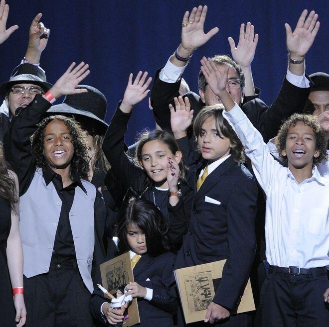 Η Paris Jackson ανάμεσα στους Prince Michael Jackson I και Prince Michael Jackson II