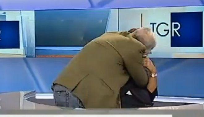 Βίντεο: Ιταλίδα παρουσιάστρια δέχεται το παθιασμένο φιλί του καλεσμένου της