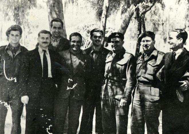 Ο Κ. Μητσοτάκης με άλλα μέλη της Κρητικής Αντίστασης και Άγγλους αξιωματικούς στη Γεωργιούπολη μετά τη δεύτερη αποφυλάκισή του, Απρίλιος 1945