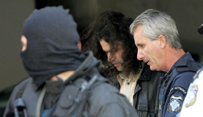 Ο Σάββας Ξηρός φεύγοντας από το  Εφετείο μετά την αποριπτική απόφαση για αποφυλάκιση του . Εκδικάστηκε σήμερα Τετάρτη 5 Οκτωβρίου 2005 στο Εφετείο η αίτηση του Σάββα Ξηρού για αποφυλάκιση λόγω βλάβης της υγείας του.