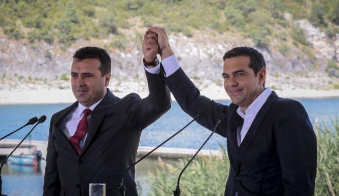Ο Αλέξης Τσίπρας και ο Ζόραν Ζάεφ στις Πρέσπες κατά την υπογραφή της Συμφωνίας